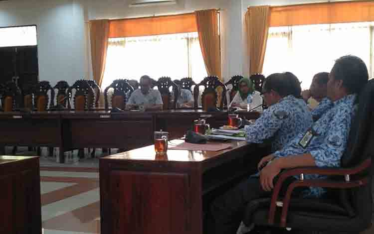 Suasana saat Rapat Dengar Pendapat yang digelar DPRD Kapuas di ruang rapat gabungan pada Rabu siang, 17 Juli 2019