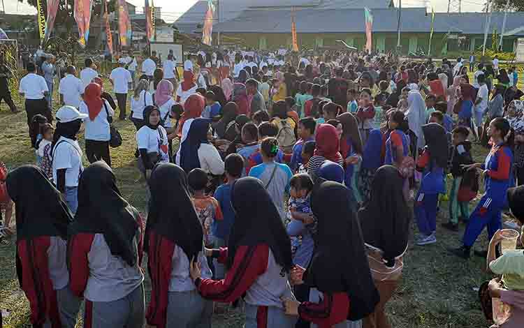 Ratusan masyarakat Sukamara saat menari manasai bersama.