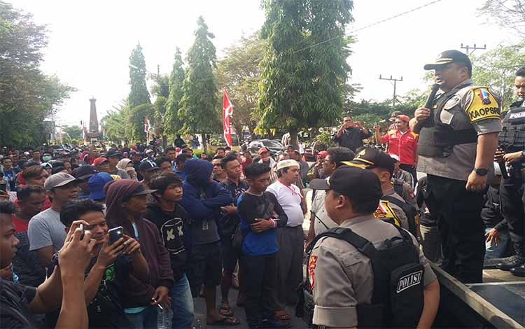 Kapolres Kotim AKBP Mohammad Rommel memberikan imbauan kepada para pendemo, Rabu 17 Juli 2019