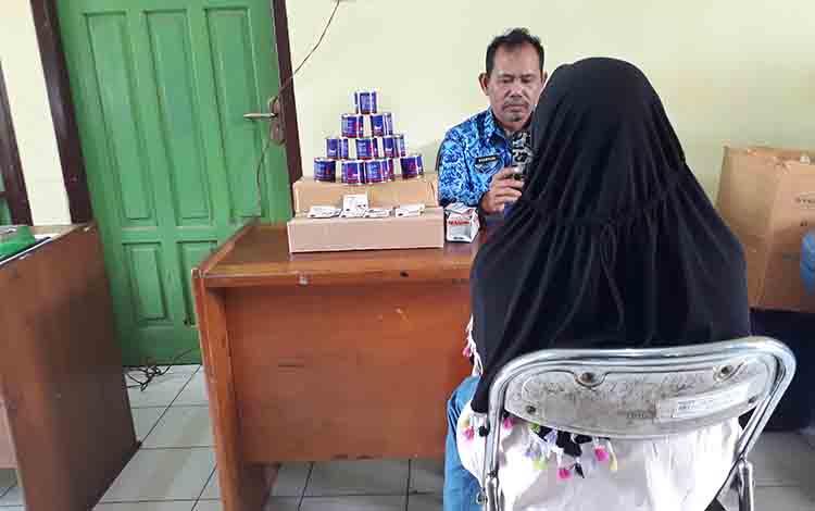 Mi (25) saat memberikan keterangan di kantor Satpol PP dan Damkar Kobar, Rabu, 17 Juli 2019.