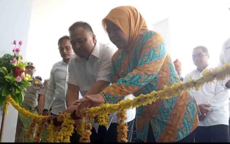 Bupati Kobar, Nurhidayah dan Direktur SDM PT Pelindo III meresmikan terminal penumpang Pelabuhan Panglima Utar Kumai