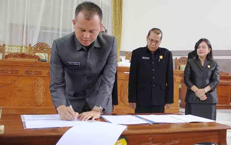 Bupati Gunung Mas menandatangani nota kesepakatan bersama.