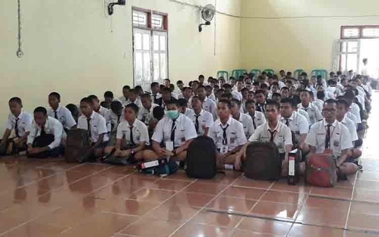 Siswa baru saat mengikuti MPLS di aula SMA N 1 Sukamara.