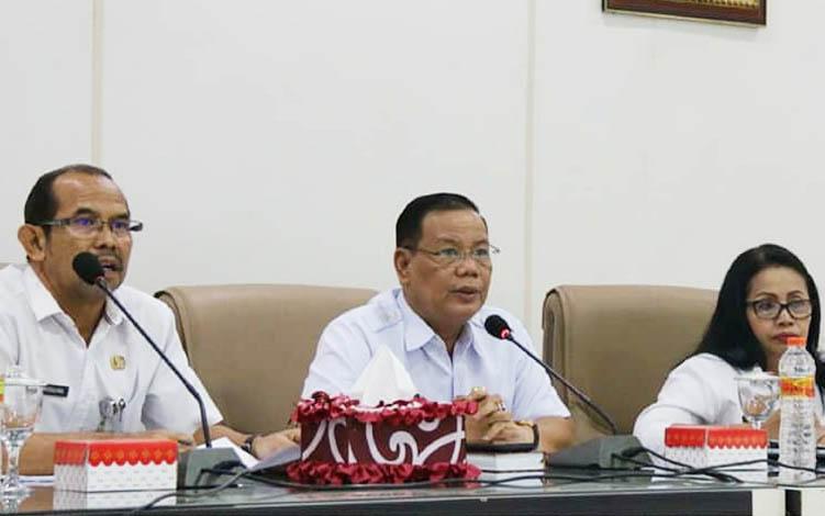 Sekretaris Daerah Barito Utara H Jainal Abidin didampingi asisten saat memimpin rapat penyusunan RAB peringatan hari jadi ke 69 Kabupaten Barito Utara, Kamis 18 Juli 2019.