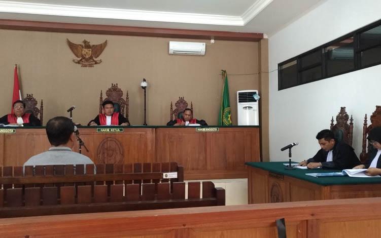 Yantenglie saat menjalani persidangan di Pengadilan Tipikor Palangka Raya, Kamis, 18 Juli 2019.