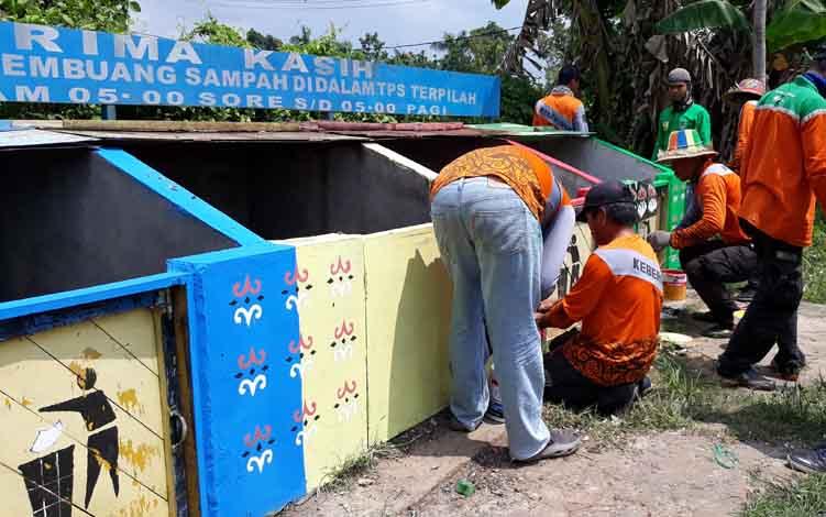 Petugas kebersihan membersihkan TPS di Jalan Pemuda, Kota Kuala Kapuas, beberapa waktu lalu.