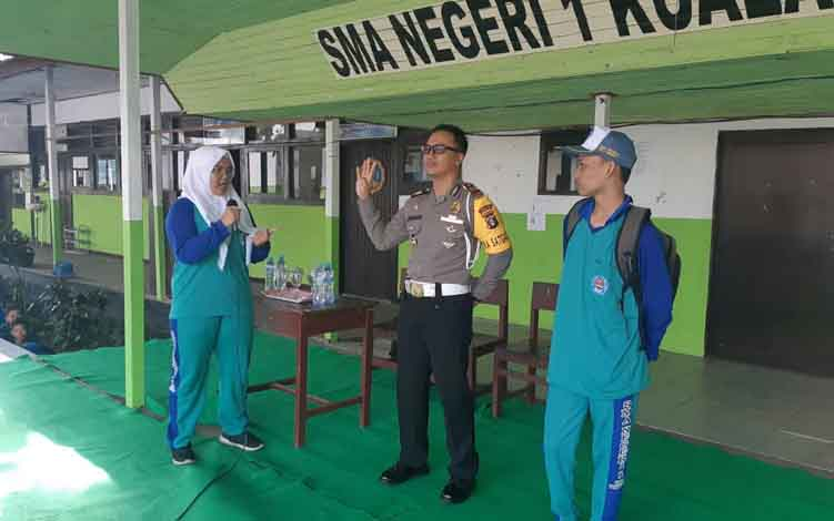 Kasat Lantas Polres Seruyan AKP Johari Fitri Casdy ketika menyambangi SMA N 1 Kuala Pembuang pada kegiatan Police Goes to School, Kamis 17 Juli 2019.