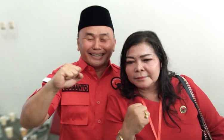 Neni Adriaty Lambung berpose dengan Gubernur Kalteng Sugianto Sabran.