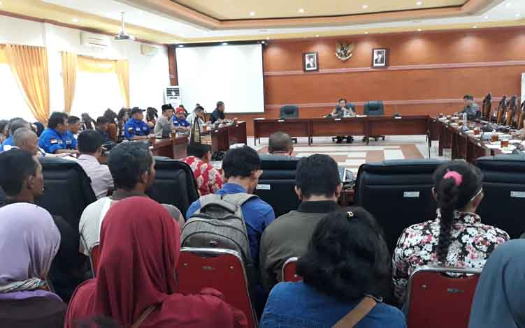 Suasana Rapat Dengar Pendapat terkait persoalan antara PT Lifere Agro Kapuas atau LAK dan para buruhdi ruang rapat gabungan DPRD Kabupaten Kapuas, Kamis, 18 Juli 2019.