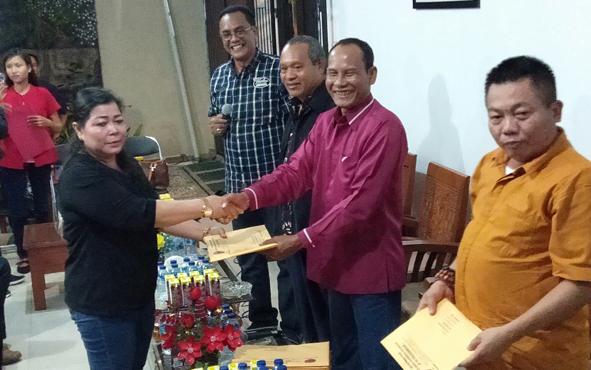 Ketua DPC PDIP Kota Palangka Raya Neni Adriaty Lambung menerima SK kepengurusan dari Ketua DPD PDIP Kalteng Arton S Dohong, Rabu, 17 Juli 2019 malam.
