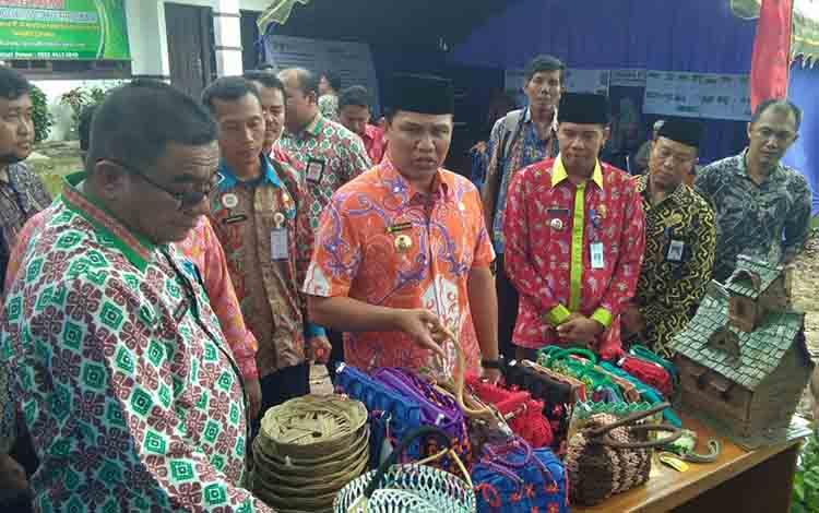 Bupati Lamandau Hendra Lesmana beserta tim BID saat meninjau produk rumahan hasil daur ulang di arena kegiatan, Kamis, 18 Juli 2019.