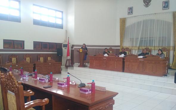 Juru bicara Fraksi Golkar di DPRD Gunung Mas Rayaniatie Djangkan saat menyampaikan pandangan umum fraksinya pada rapat paripurna, Kamis, 18 Juli 2019.