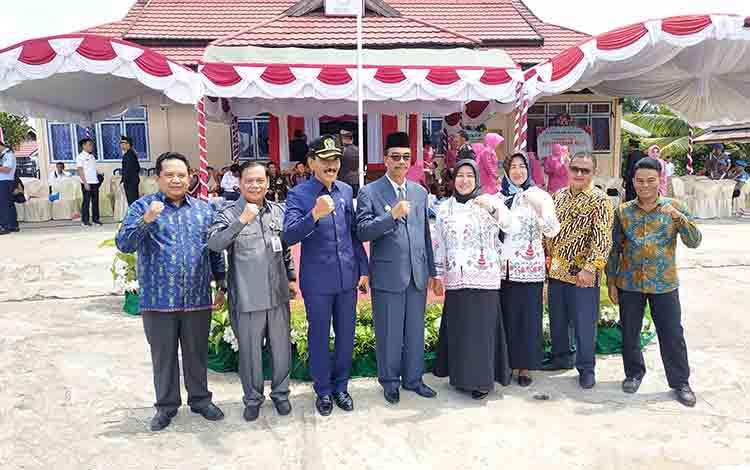 Anggota DPRD Barito Utara, Surianor (paling kiri) beserta anggota bersama Wakil Bupati Barito Utara, Sugianto Panala Putra dan Sekda, Jainal Abidin.