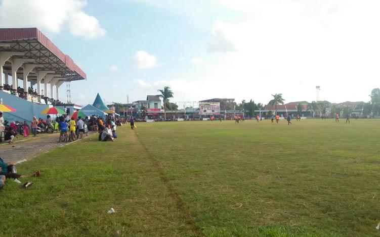 Masyarakat antusias menyaksikan pertandingan sepak bola di Stadion Gagah Lurus Kuala Pembuang, Kamis 18 Juli 2019.
