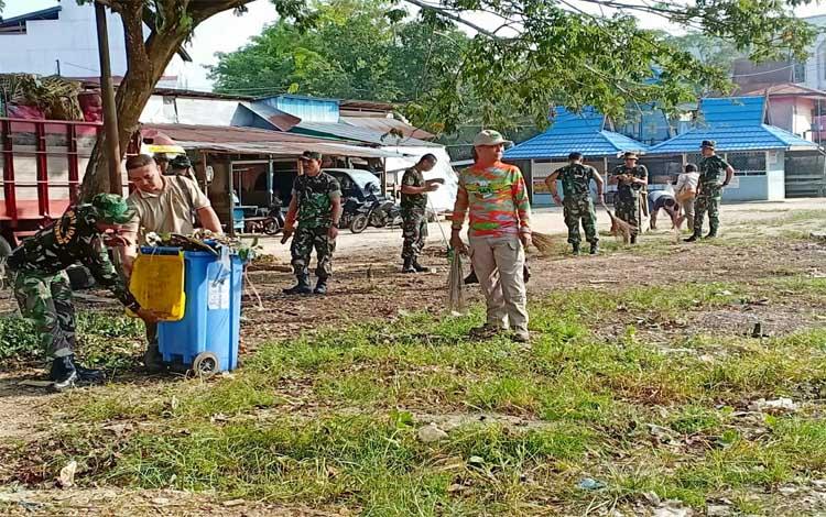Anggota Kodim 1013 Muara Teweh bersama anggota Polres Barito Utara dan instansi pemerintahan melakukan pembersihan Pasar Bebas Banjir (PBB) Muara Teweh
