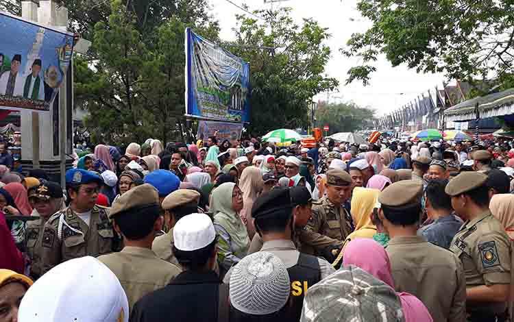 Warga memadati lokasi pelepasan calon jamaah haji Kabupaten Kapuas di depan rujab bupati pada Jumat sore, 19 Juli 2019