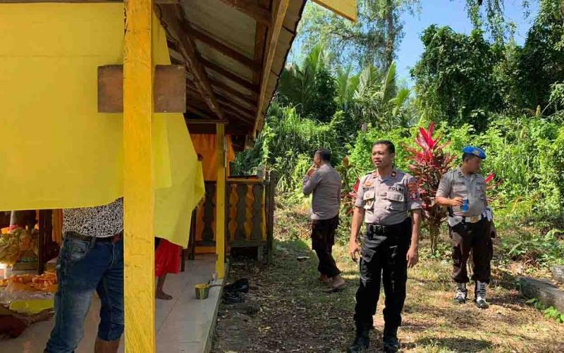 Wakapolres Seruyan, Kompol Timur Santoso memimpin bakti religi di makam Wali Unut bin Layar, di Desa Sungai Undang Seberang.