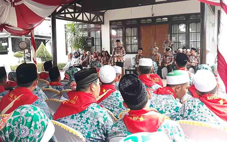 Bupati Kapuas Ben Brahim S Bahat saat melepas para calon jamaah haji di rujab bupati pada Jumat sore, 19 Juli 2019