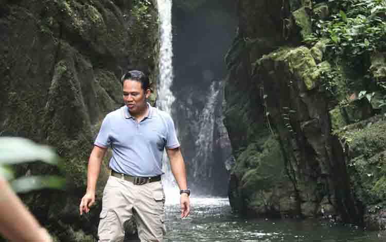 Bupati Lamandau H Hendra Lesmana saat mengunjungi salahsatu lokasi wisata air terjun di kecamatan Delang, beberapa waktu lalu.