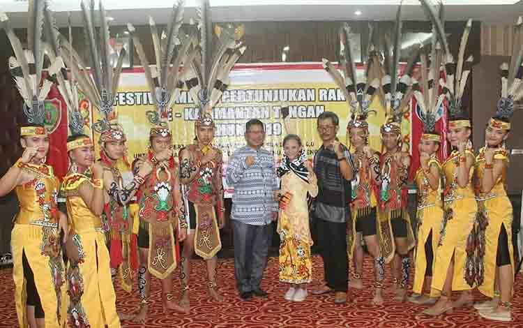 Kepala Dinas Kominfo Pulang Pisau didampingi Kabid Layanan Komunikasi dan Informatika saat bersama anggota Sanggar Sumbu Kurung seusai tampil pada Festival Pertunjukan Rakyat, Kamis, 18 Juli 2019.