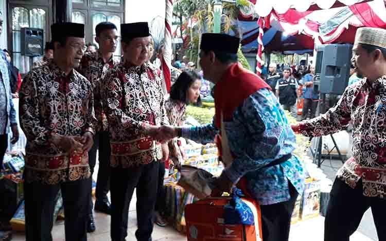 Bupati Kapuas Ben Brahim S Bahat memberikan bingkisan kepada calon jamaah haji, Jumat, 19 Juli 2019.