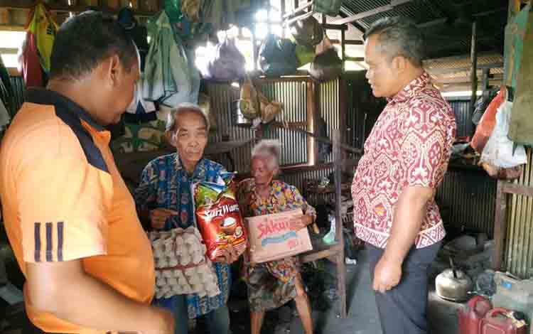 Anggota Satintel Polres Pulang Pisau saat menyerahkan bantuan kepada keluarga miskin di Kelurahan Bereng, Kecamatan Kahayan Hilir, Jumat, 19 Juli 2019.
