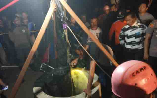 Warga membujuk Slamet agar mau dievakuasi dari dalam sumur.