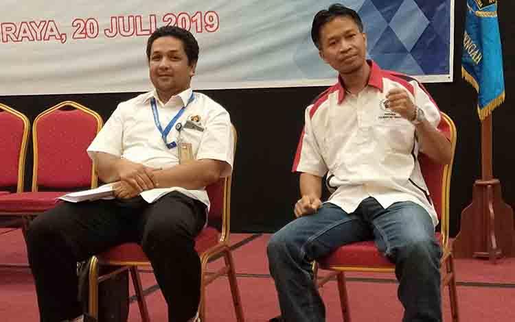 Haris Sadikin (kiri) dan Hairil Supriadi (kanan) bersaing dalam pemilihan Ketua PWI Kalteng, Sabtu, 20 Juli 2019.