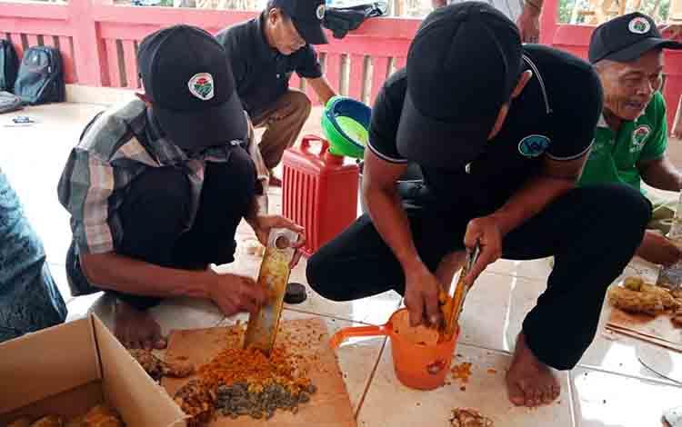 Peserta pelatihan saat belajar membuat ramuan herbal untuk ternak di Desa Manyahi, Kecamatan Mantangai