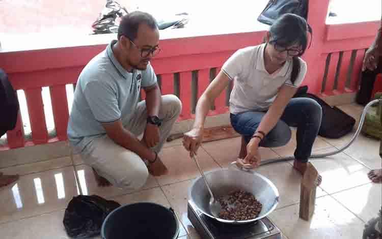 Kasi Kesehatan Hewan Anik Ariswandani mendampingi peserta pelatihan belajar membuat ramuan herbal untuk ternak di Desa Manyahi, Kecamatan Mantangai.