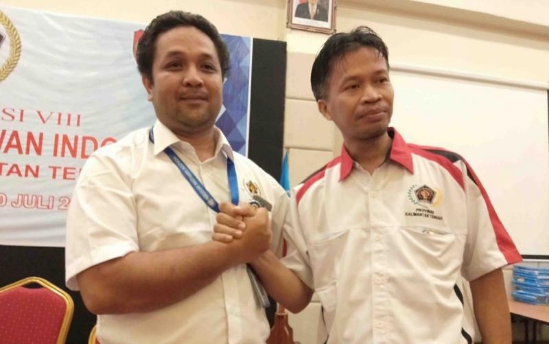 Ketua PWI Kalteng, Haris Sadikin bersama rekannya, Hairil Supriadi.