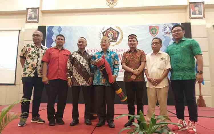 Asisten II Setda Kalteng Nurul Edy (tengah) membuka konferensi ke-VIII PWI Kalteng, Sabtu, 20 Juli 2019.