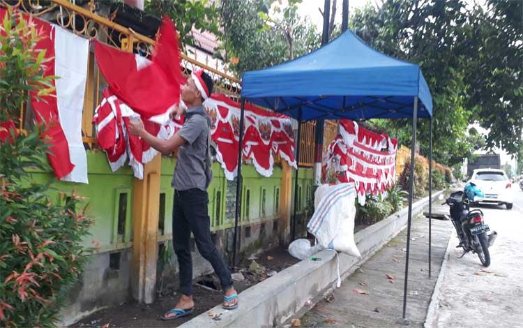 Bendera dan umbul - umbul dijual oleh pedagang di Jalan Pakunegara, Minggu, 21 Juli 2019