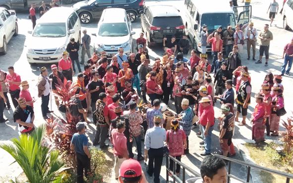 Rombongan Napak Tilas Damai Tumbang Anoi saat bersiap berangkat dari Kota Palangka Raya menuju Kabupaten Gunung Mas, Minggu, 21 Juli 2019.