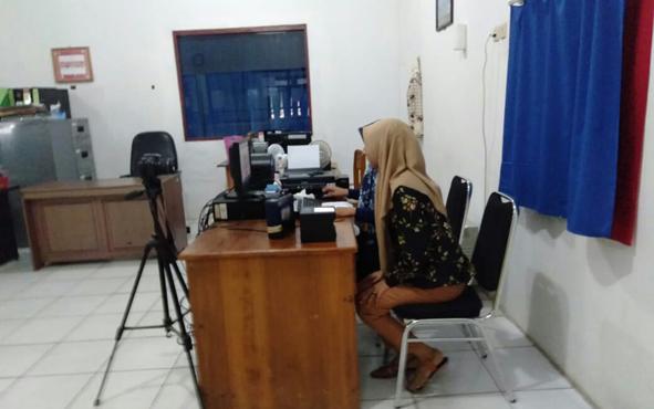 Petugas pelayanan perekaman KTP elektronik di Disdukcapil Seruyan.