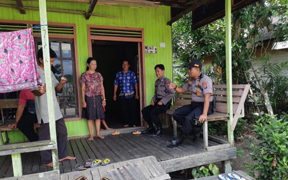 Kapolsek Kapuas Barat Ipda Ekp Sutrisno saat menyambangi warga Desa Penda Ketapi, Minggu, 21 Juli 2019.