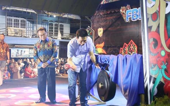 Bupati Barito Utara Nadalsyah ketika memukul gong yang menandai dibuka Festival Budaya Iya Mulik Bengkang Turan, Sabtu, 20 Juli 2019.