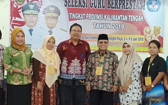 Endar Priyo Sulistiyo (batik merah) seusai menerima penghargaan Guru Berprestasi tingkat Kalteng, beberapa waktu lalu.