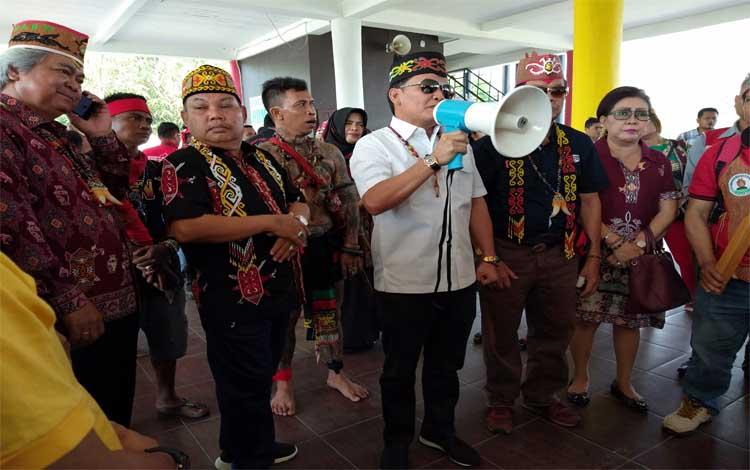 Ketua DAD Kalteng Agustiar Sabran memberikan pesan semangat pada peserta Napak Tilas Damai Tumbang Anoi sebelum berangkat menuju Kabupaten Gunung Mas, Minggu, 21 Juli 2019