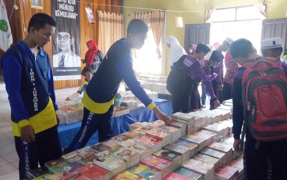 Para pelajar saat mendatangi pameran sejuta buka di Gedung Gawi Barinjam, beberapa waktu lalu.