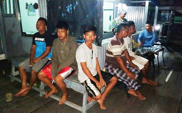 Enam kru KLM Seruyan Raya saat tiba dan beristirahat di Pos Angkatan Laut Samuda, Sampit, Minggu, 21 Juli 2019 sekitar pukul 05.00 WIB.