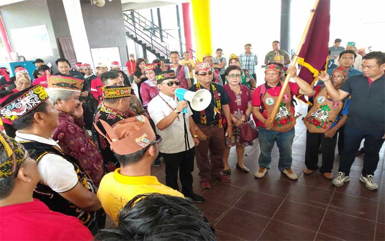 Ketua DAD Kalteng Agustiar Sabran memberikan pesan semangat sebelum melepas peserta Napak Tilas, Minggu, 21 Juli 2019
