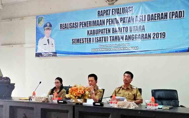Bupati Barito Utara, H Nadalyah didampingi wakil Bupati Sugianto Panala Putra ketika memimpin rapat evaluasi penerimaan PAD semester I (Januari-Juni) tahun 2019 di aula Bappeda Litbang, Senin 22 Juli 2019.