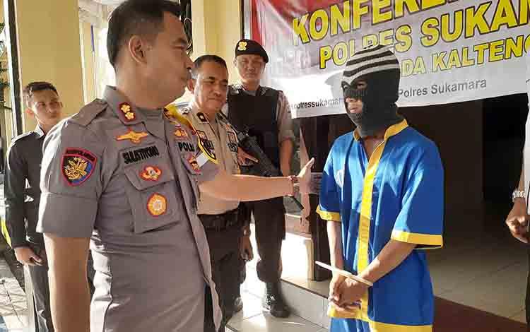 Kapres Sukamara AKBP Sulistiyono saat menasehati tersangka GS.