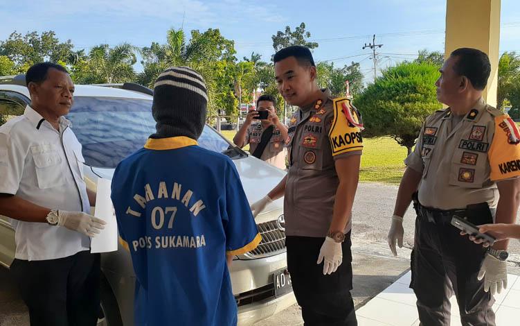 Kapolres Sukamara AKBP Sulistiyono saat melihat barang bukti, kendaraan roda empat yang digunaan saat.mebawa narkoba.