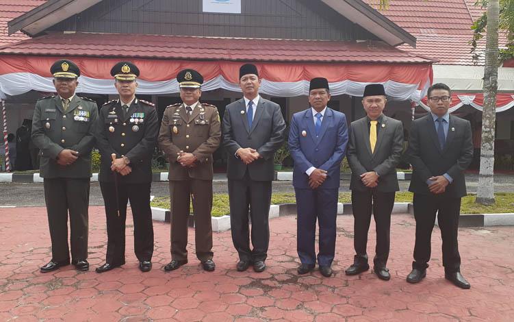 Bupati Sukamara Windu Subagio dan Kepala Kejaksaan Negeri Fajar Sukristyawan saat berfoto bersama tamu undangan pada Upacara Peringatan Hari Bhakti Adhyaksa, Senin, 22 Juli 2019.