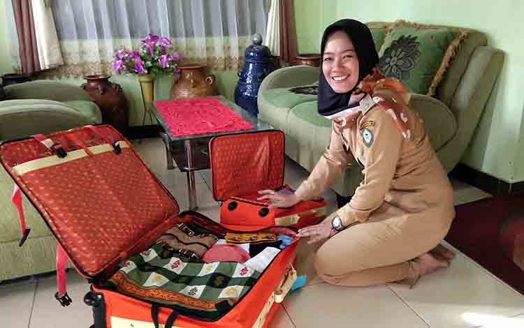 Maya Anisa Lestari, salah seorang jemaah haji asal Kotim saat memasukan barang bawaannya ke dalam koper, Senin, 22 Juli 2019.