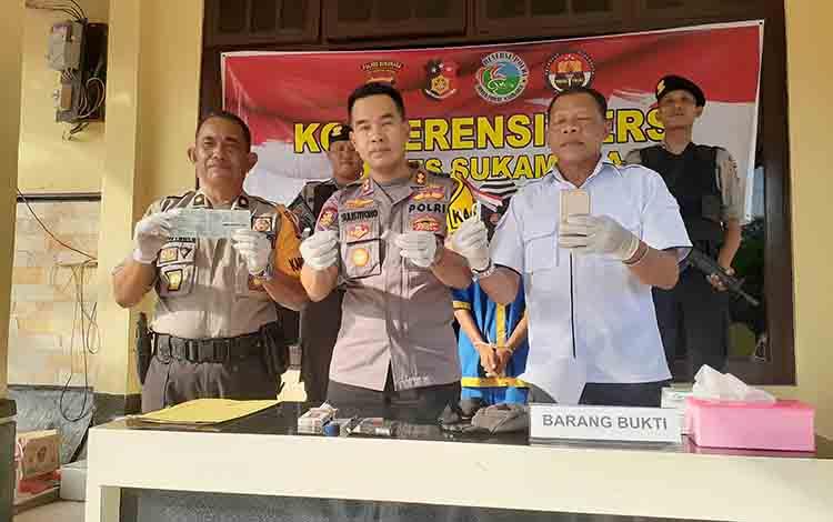 Kapres Sukamara AKBP Sulistiyono saat menunjukan barang bukti.