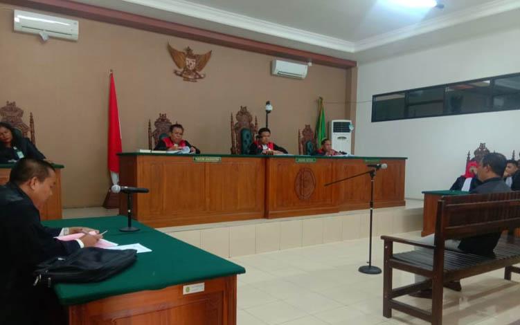JPU Hardiarto saat membacakan berkas replik di ruang persidangan Pengadilan TIpikor Palangka Raya, Senin, 22 Juli 2019.