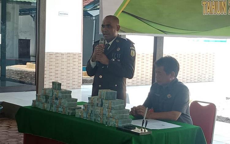 Kajari Barsel, Douglas Oscar Berlian Riwoe bersama Pj Sekda barsel Syahrani pada penyerahan uang ke kas daerah